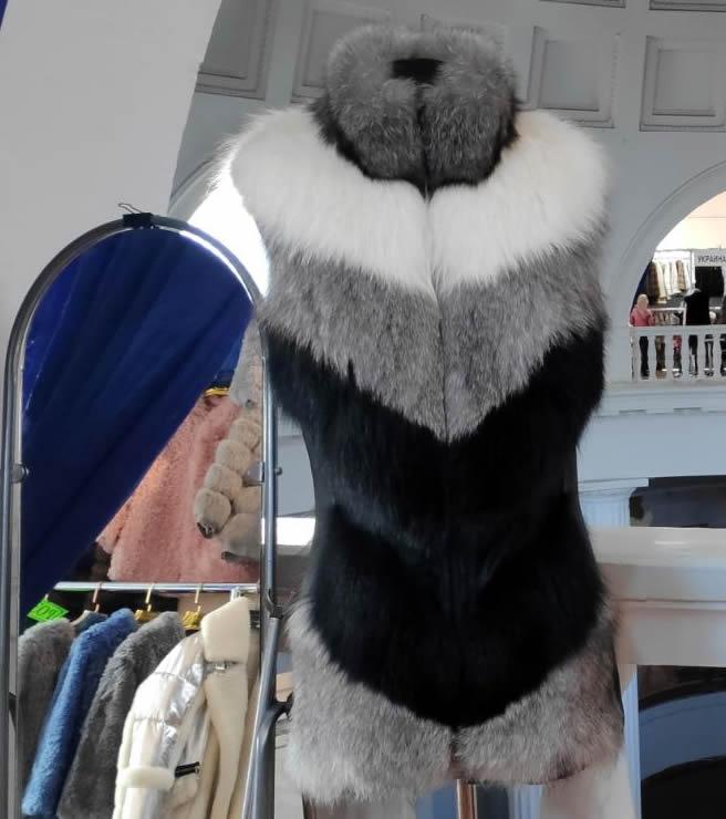 Меховой жилет трехцветный в Киеве на меховой ярмарке на ВДНГ павильон №1