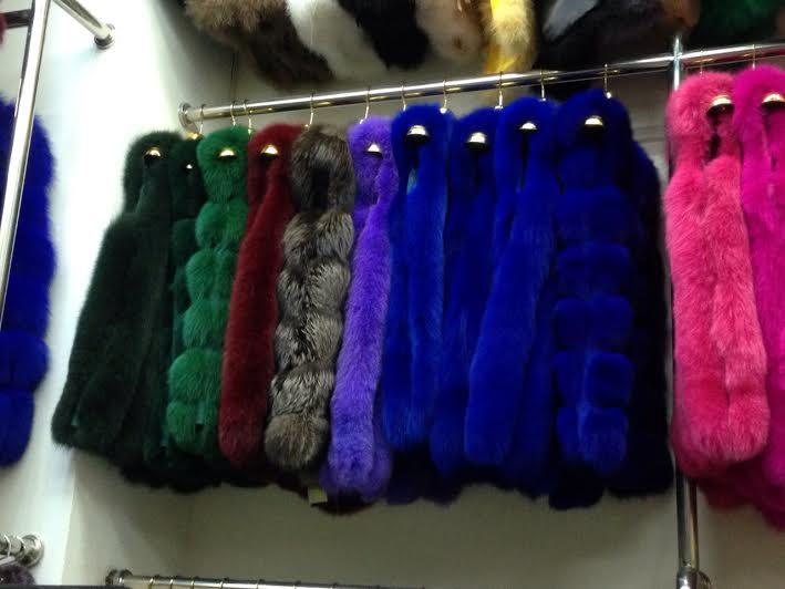 меховые жилеты синего, розового, фиолетового, зеленого, бордового, пурпурного, сиреневого цветов