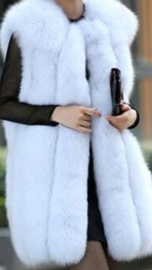 белая меховая жилетка