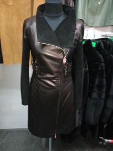 кожаная женская куртка-плащ черного цвета
