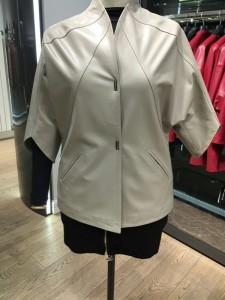 серая кожаная женская куртка