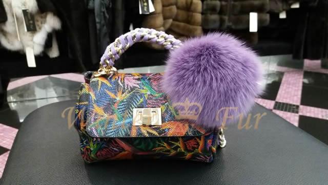 Меховой помпон фиолетового цвета для сумки