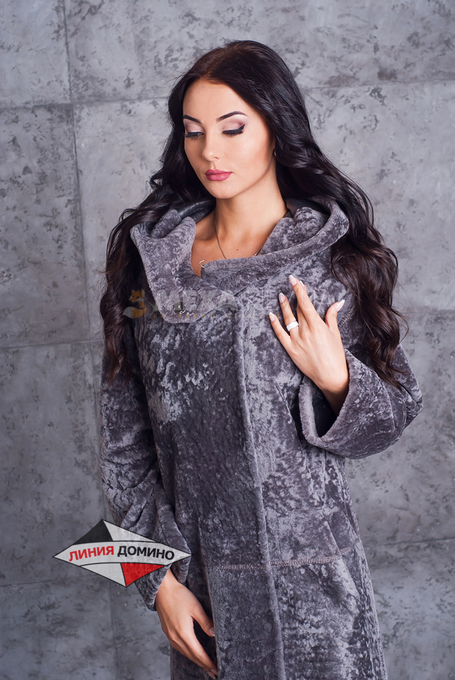 Серое модное пальто из мутона