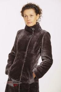 Строгое приталенное пальто из астрагана