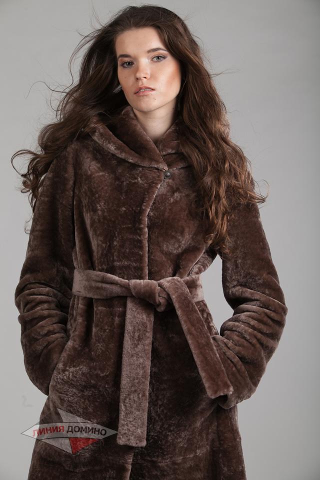 Классическое полуприталенное пальто из астрагана