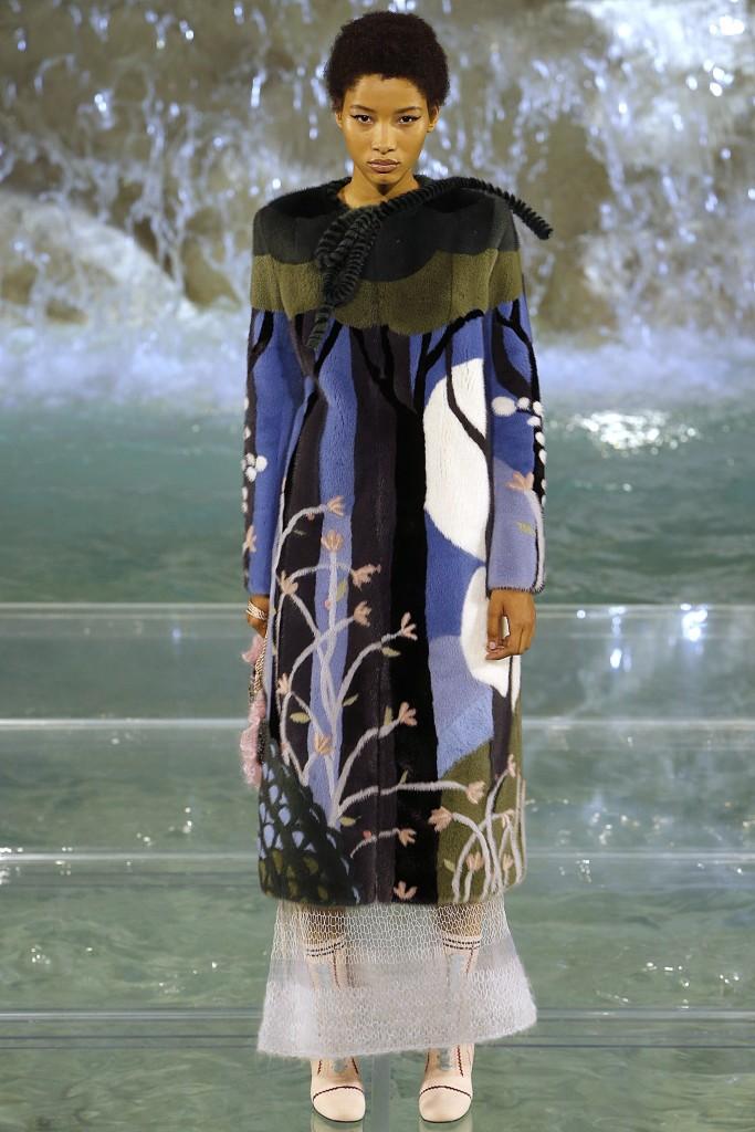 Меховое пальто Fendi с яркими принтами