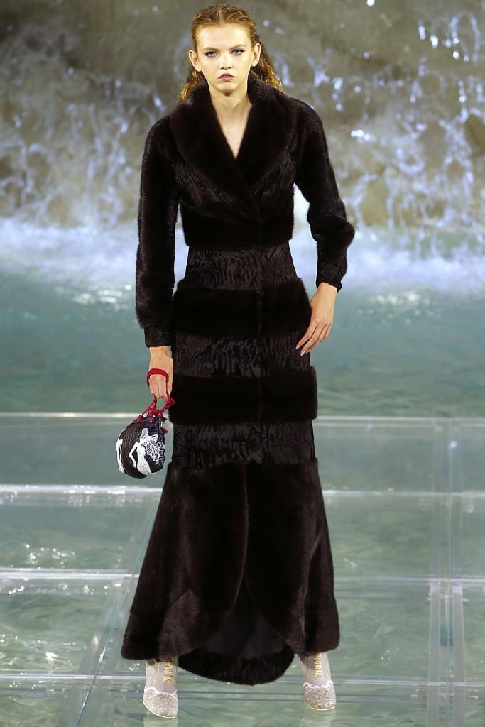 Длинное меховое платье от Fendi