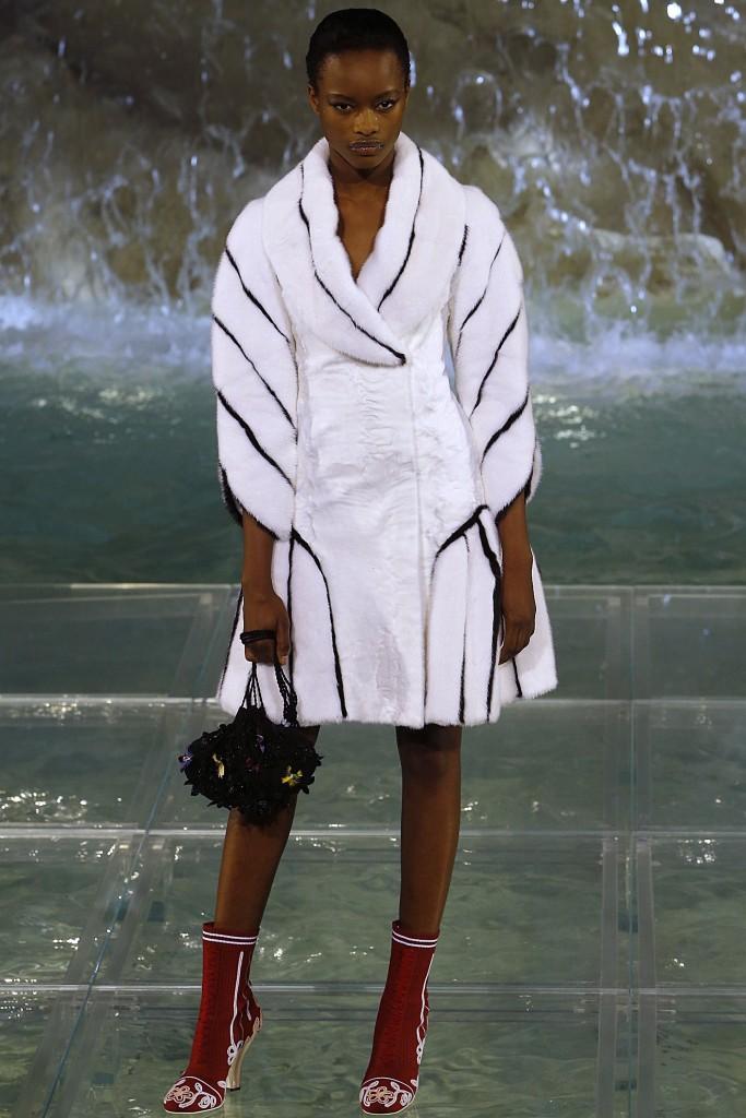 Белое меховое пальто с черными полосками от Fendi