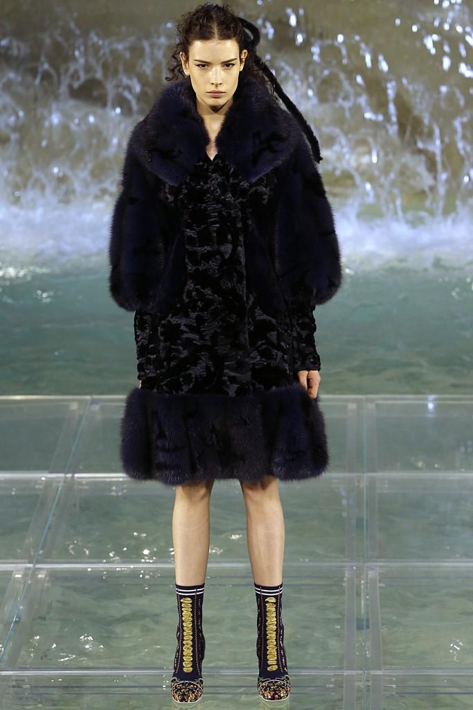 Экзотическое меховое пальто черного цвета от Fendi
