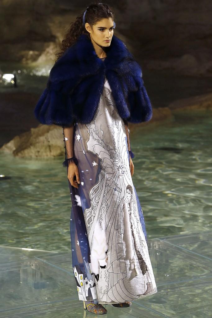 Темно-синяя меховая накидка от Fendi
