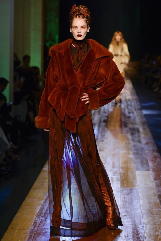 Модная меховая куртка коричневого цвета от Готье