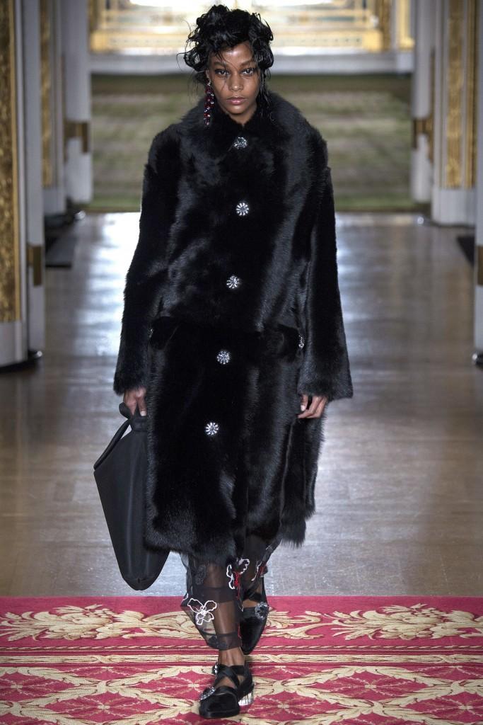 Длинное меховое пальто от Simone Rocha