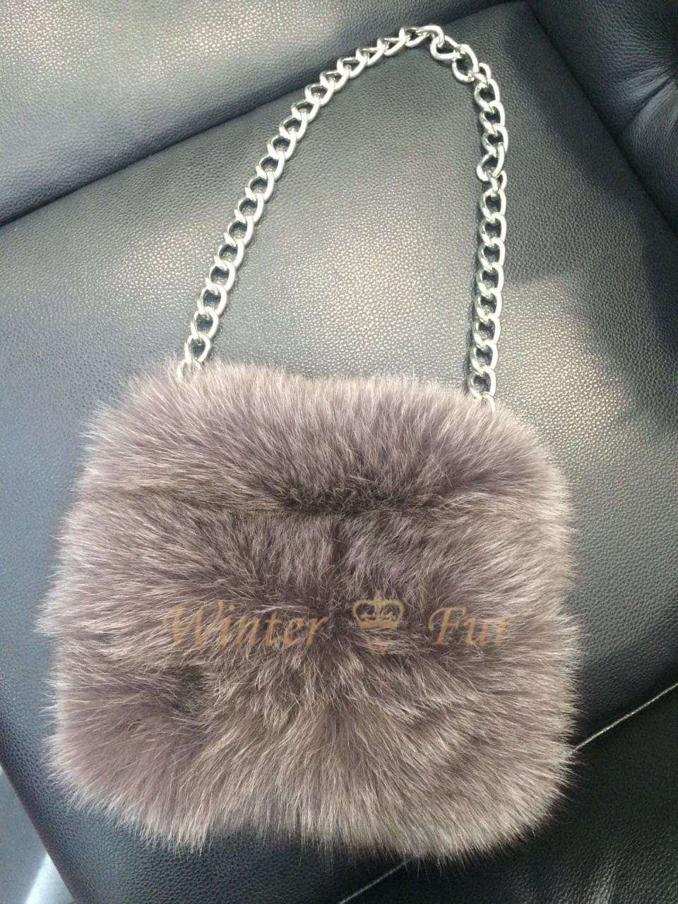 Черно-белая сумка из меха чернобурки