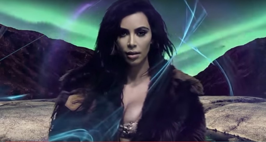 Новое видео с Ким Кардашьян в шубе на фоне Северного сияния