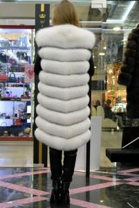 Белый вуалевый жилет из финского песца средней длины
