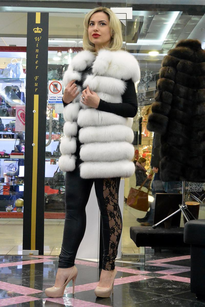 Белый вуалевый жилет из меха финского песца