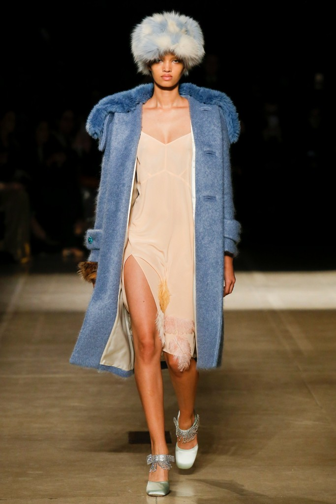 Синее меховое пальто с шапкой Miu Miu