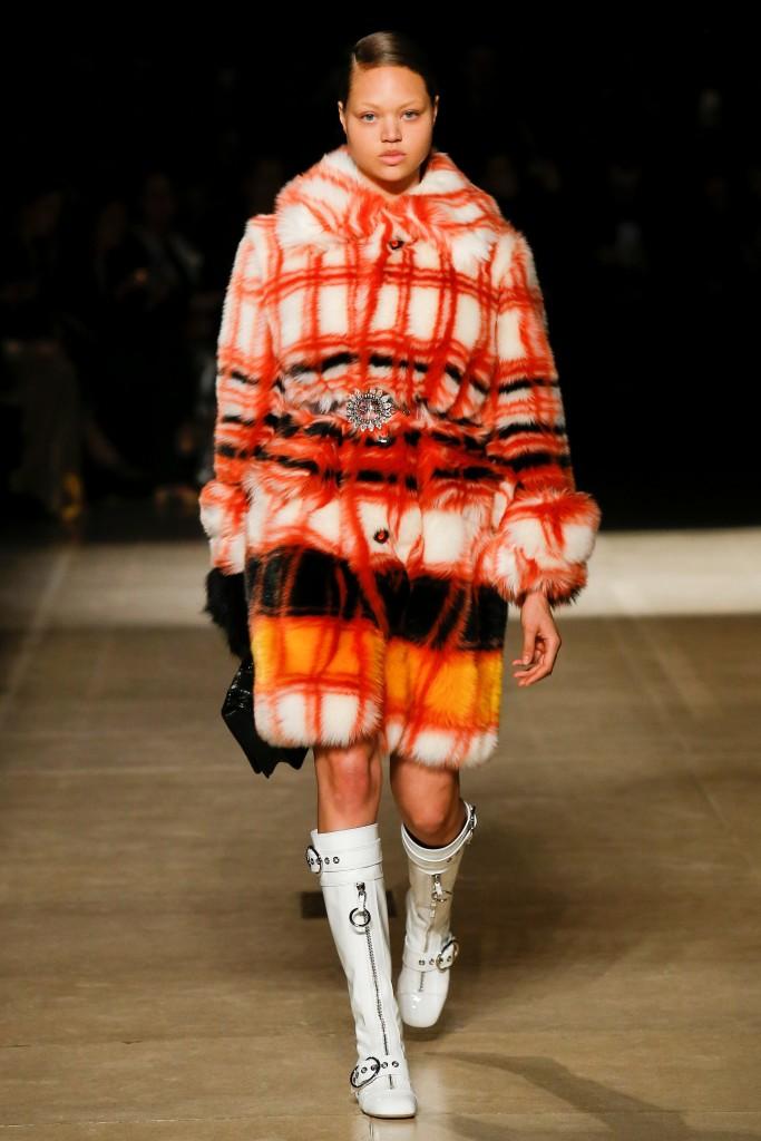 Оранжевое меховое пальто