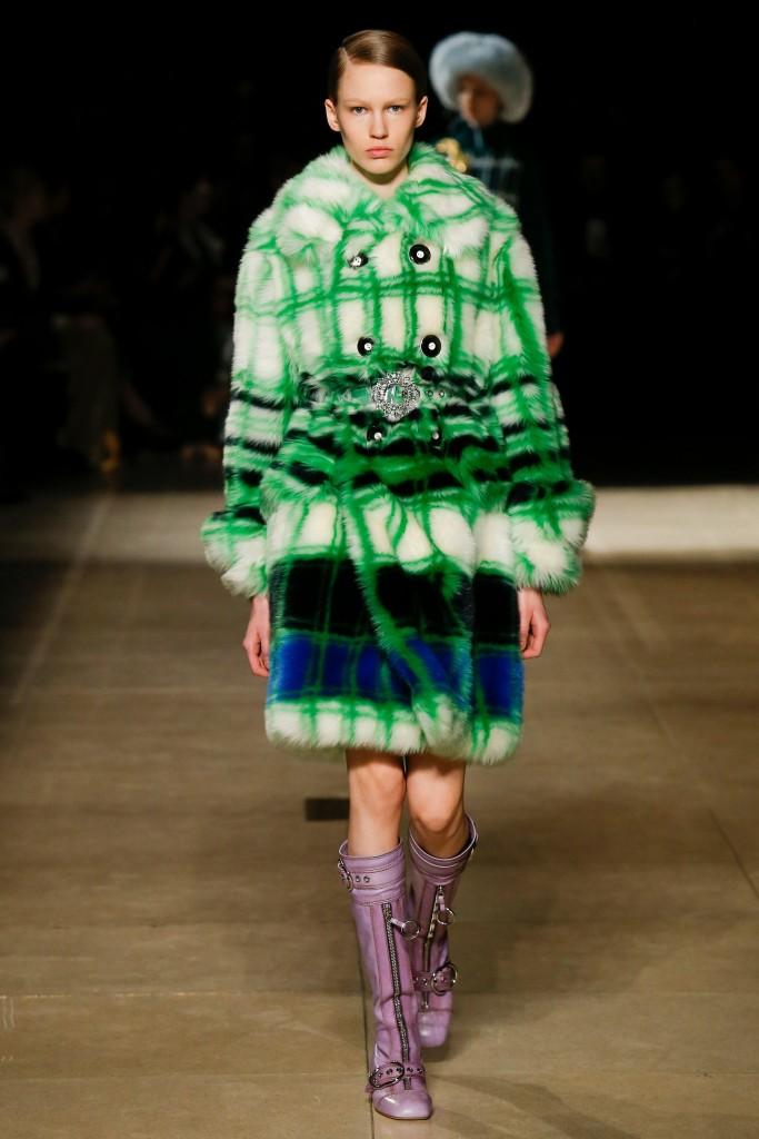 Зеленое меховое пальто Miu Miu