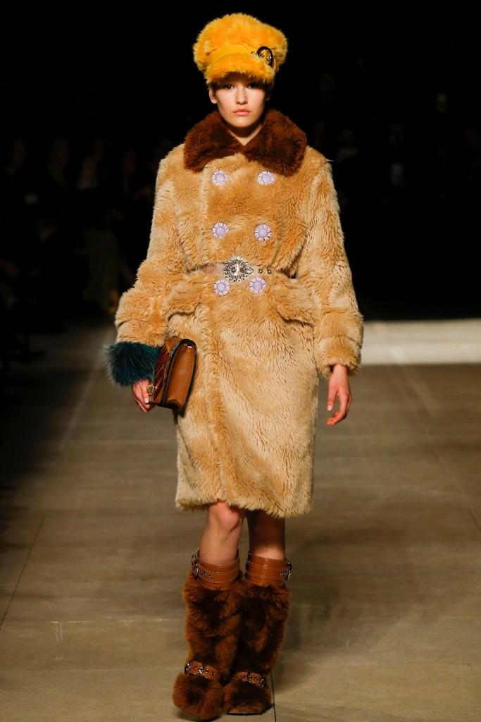 Меховое пальто оранжевого цвета Miu Miu