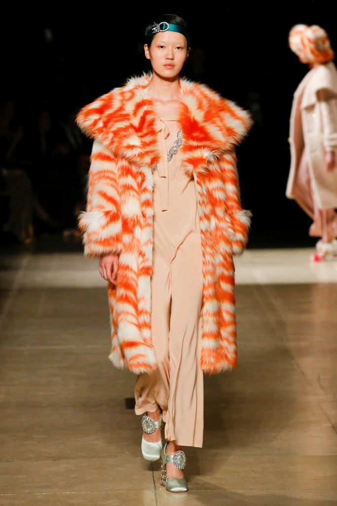 Оранжевое меховое пальто Miu Miu