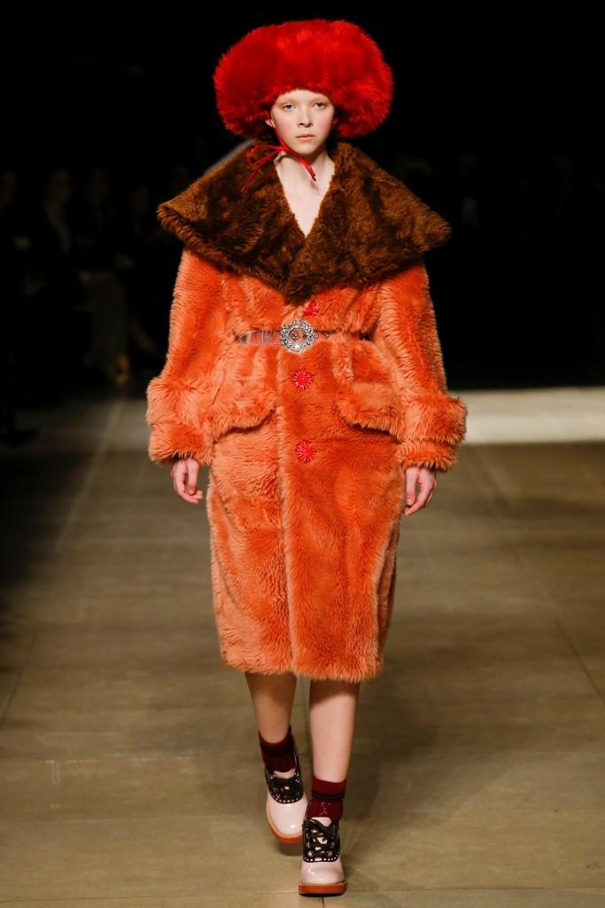 Оранжевое меховое пальто с коричневым воротником