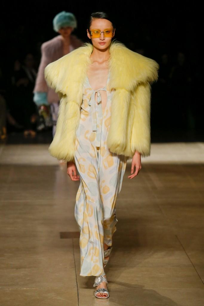 Желтая меховая куртка
