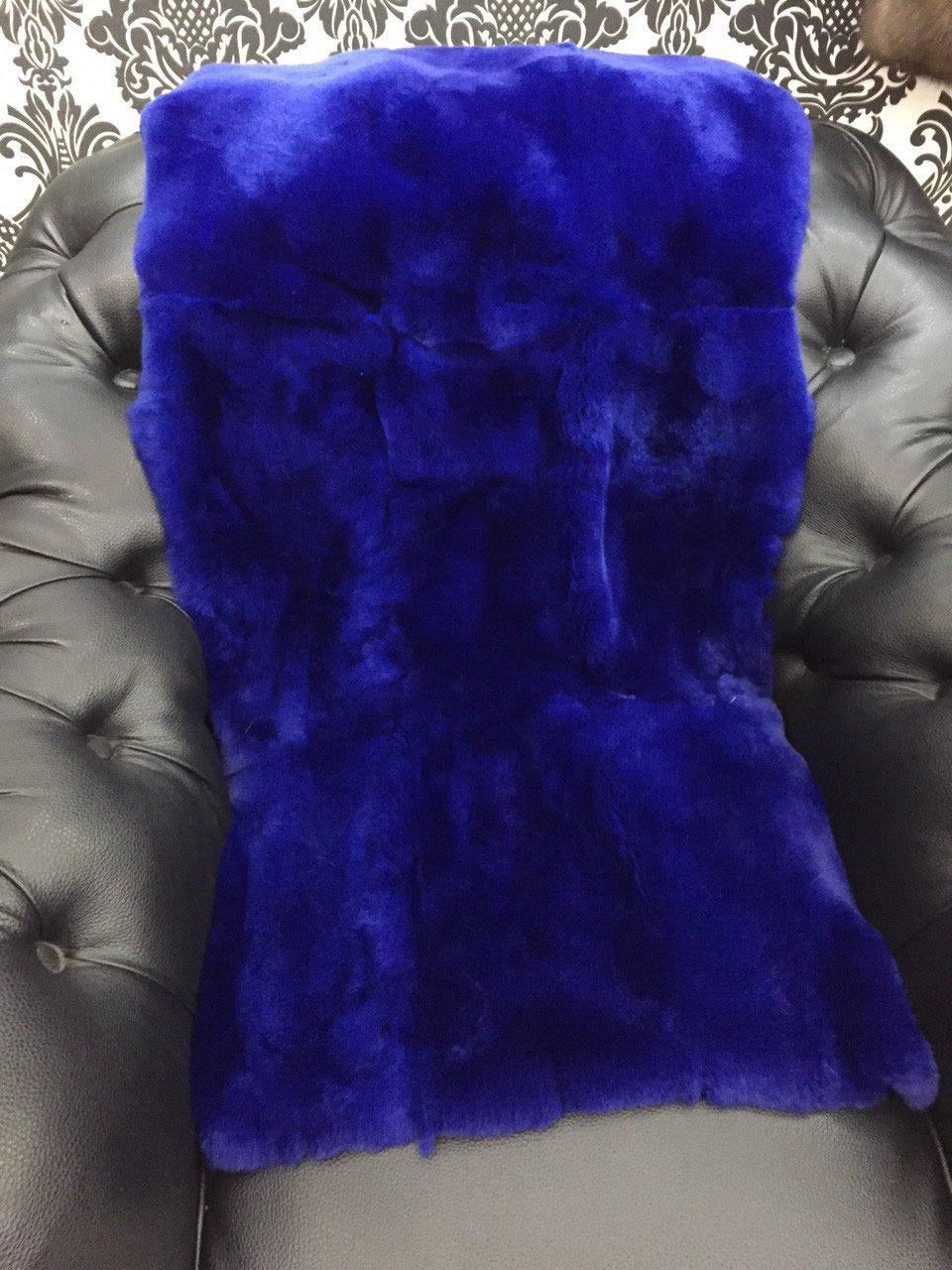 Синяя меховая накидка на кресло