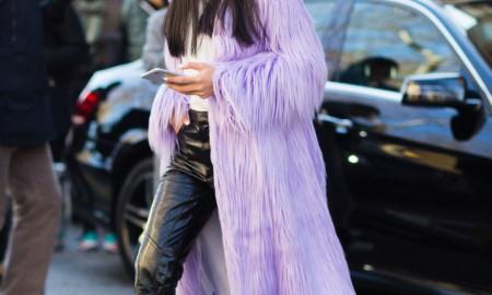 Контрастные кожаные брюки с сиреневой шубой - новый тренд от Yoyo Cao
