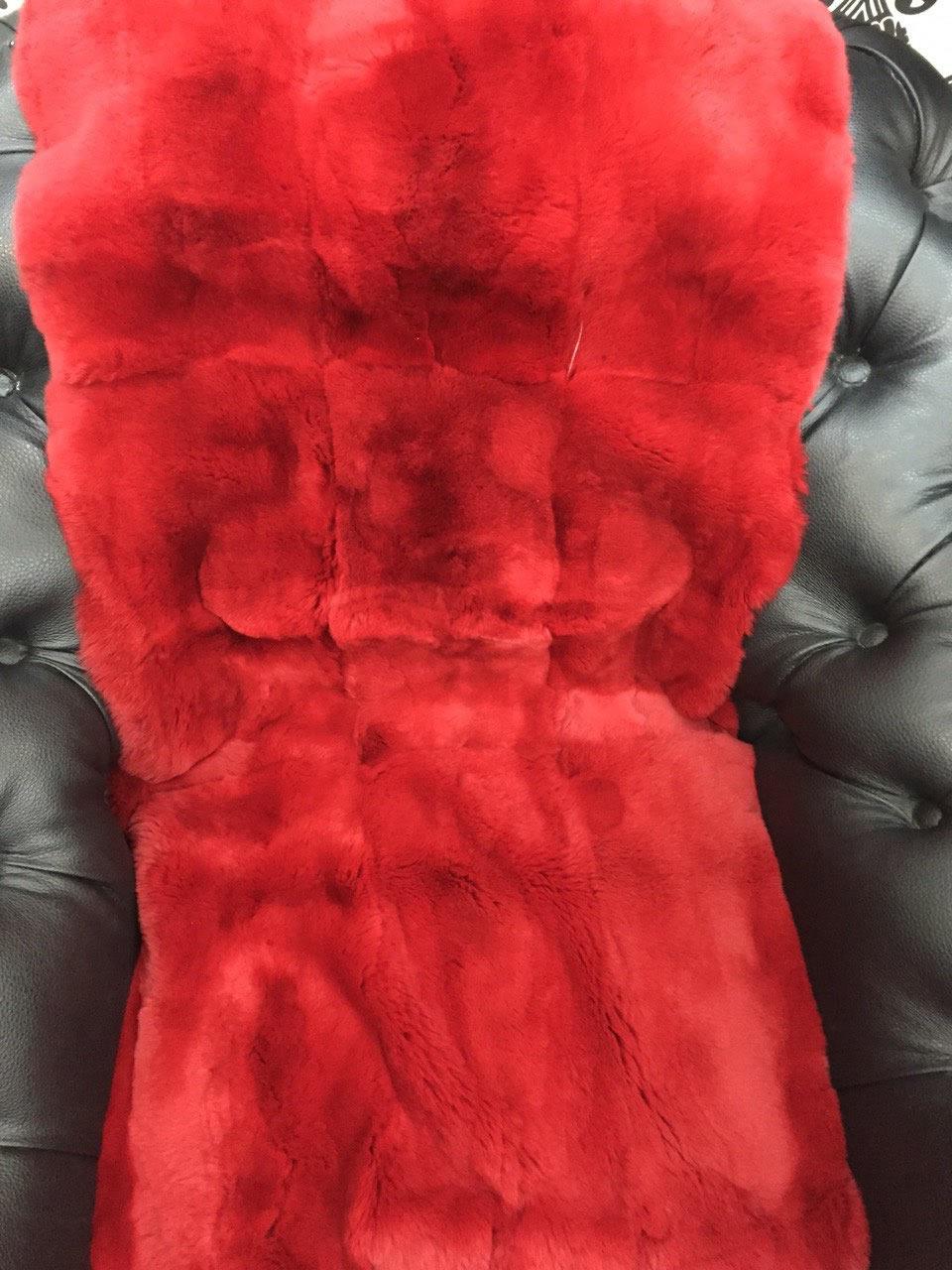 Красная меховая накидка на кресло