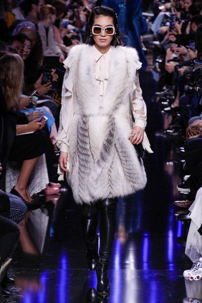 Бело-серый меховой жилет от Elie Saab FALL 2017 READY-TO-WEAR