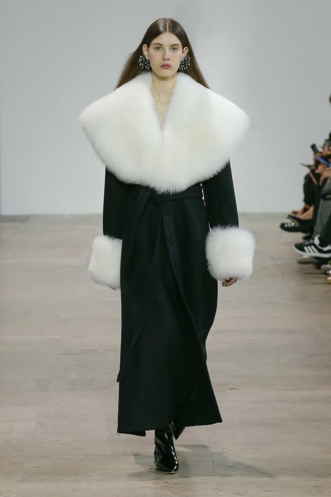 Черное меховое пальто с белым воротником и рукавами