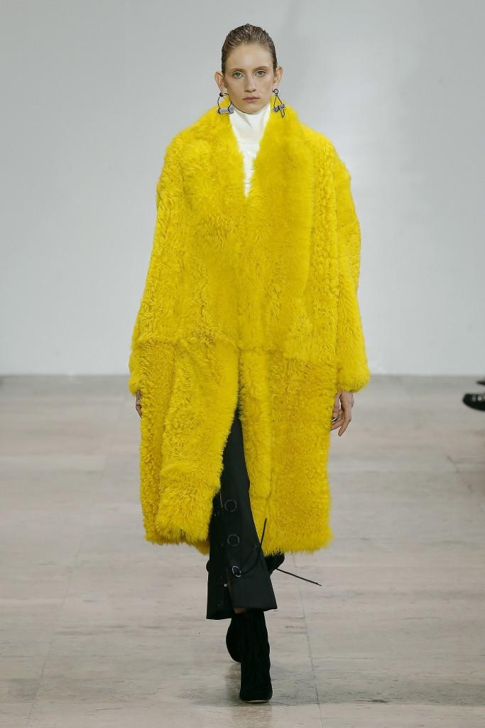 Желтое меховое пальто от Ellery
