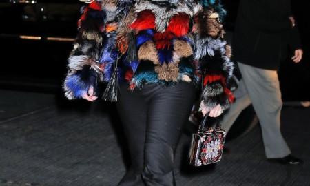 Новая многоцветная шуба и прочие модные образы от Джессики Симпсон озадачили дизайнеров