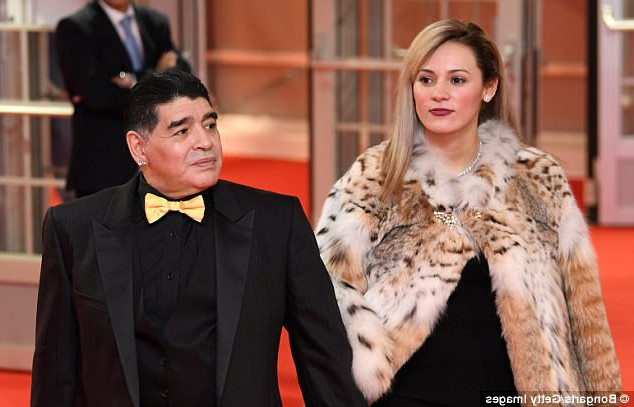 Девушка Диего Марадоны попала под критику из-за тигровой шубы