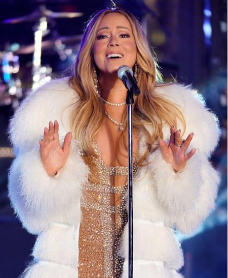 Мэрайя Кэри вернулась на сцену в канун Нового года в роскошной белой шубе
