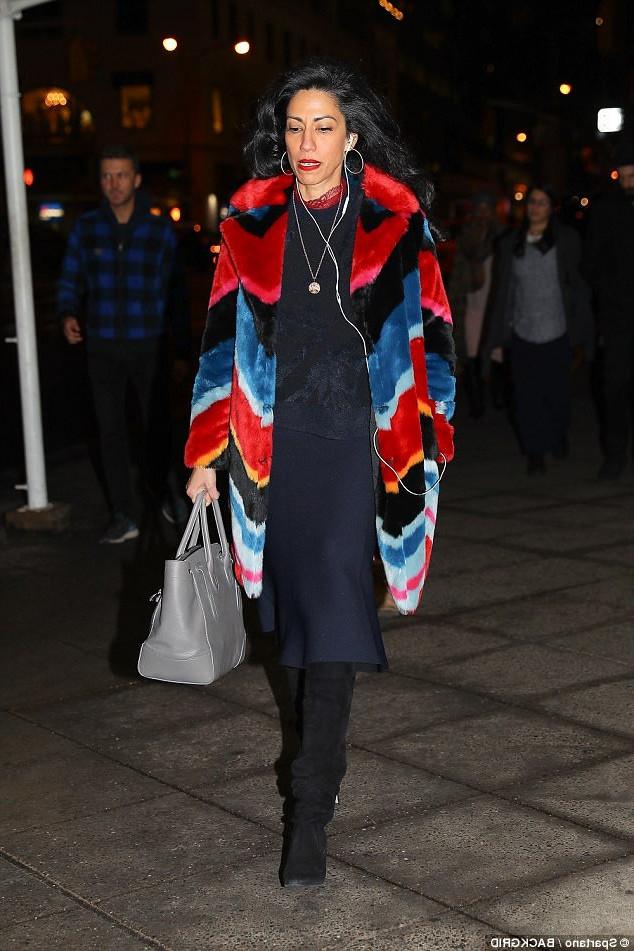 Помощница Хиллари Клинтон отправляется на светский вечер в шубе цветов радуги