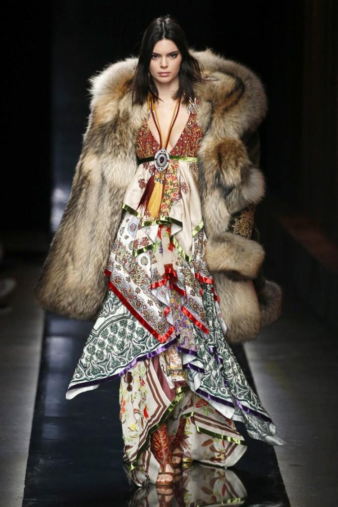 Объемная шуба Кендалл Дженнер из шоу DSquared2 на Milano Fashion Week вызвала критику противников натурального меха