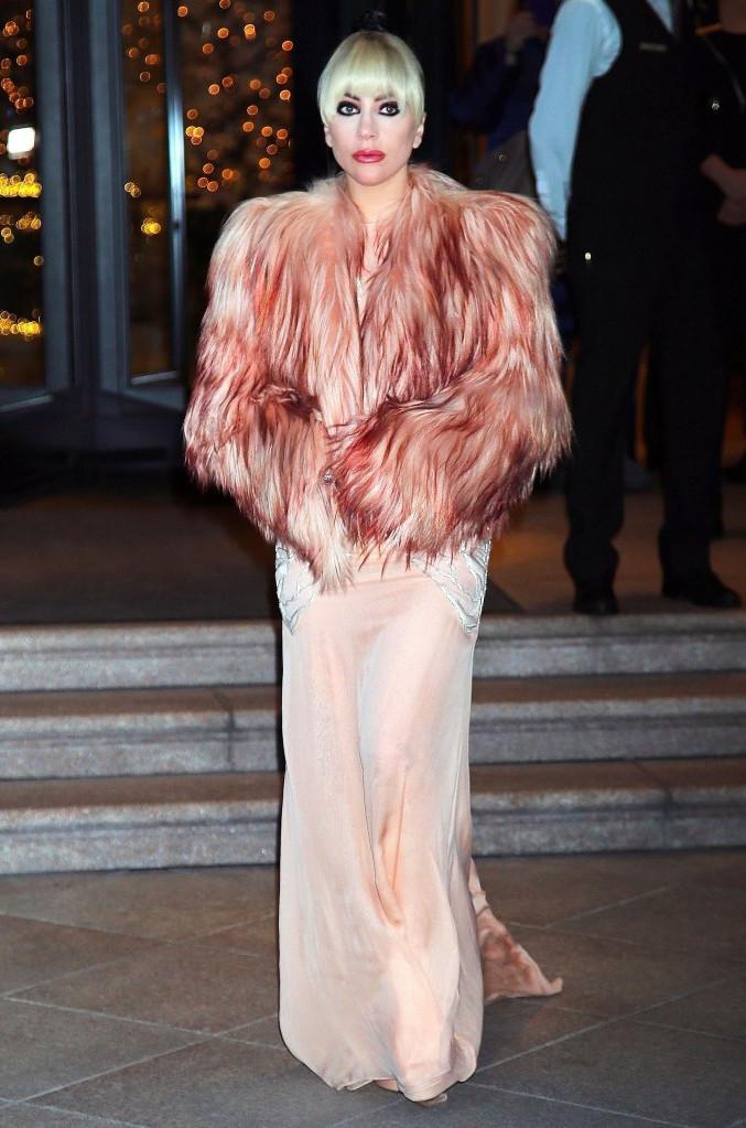 Lady Gaga показалась на публике в куртке из козьего меха от Francesco Scognamiglio за $ 6400