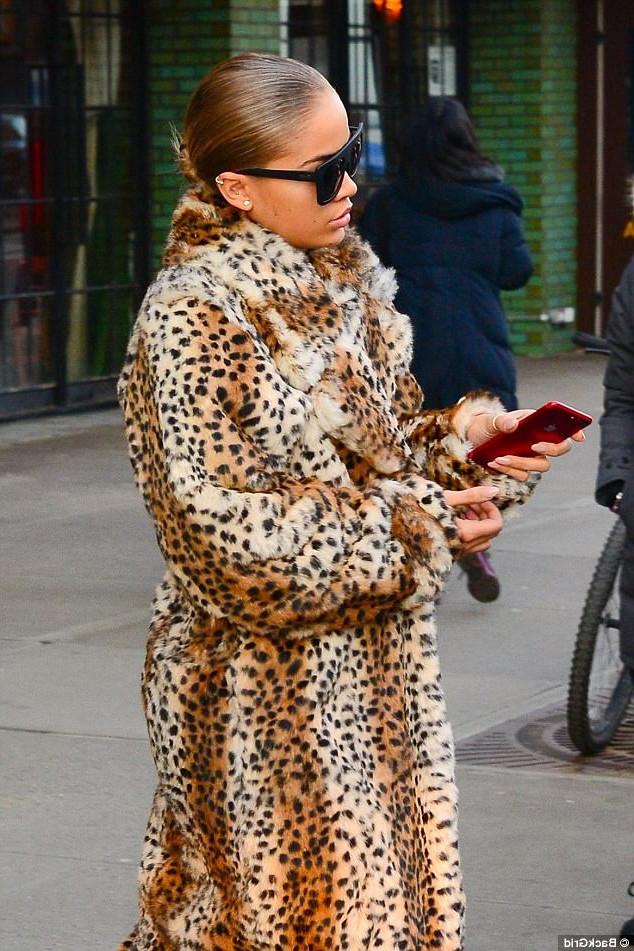 Популярная американская фотомодель Жасмин Сандерс выбирает леопардовые шубы