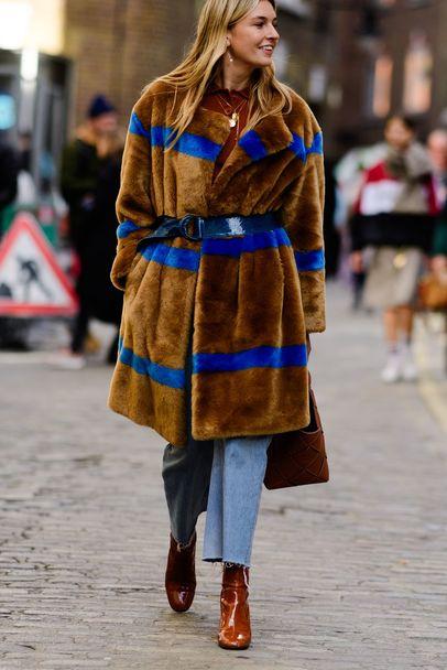 Шубы из искусственгого меха на Недели моды в Лондоне
