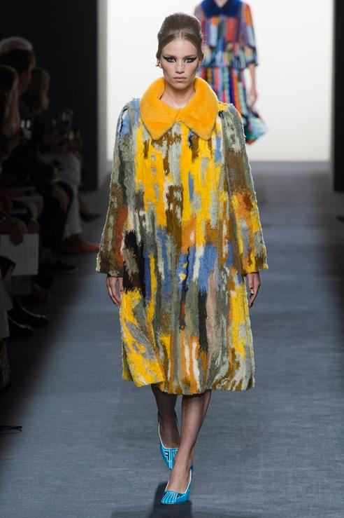 Модные пальто и платья с мехом в новой коллекции Fendi