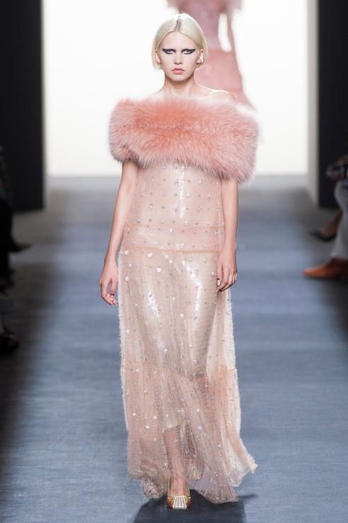 Розовое платье с мехом от Фенди