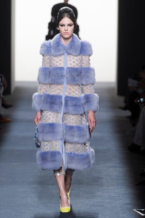 Пальто Fendi сапфирового цвета с полосками меха