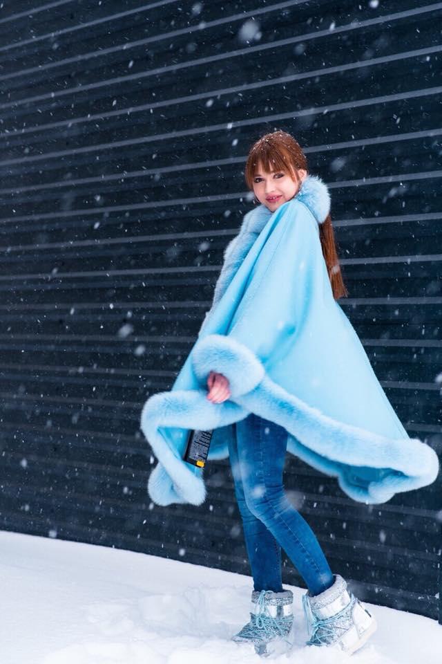 Голубая зимняя парка-кимоно с голубым мехом