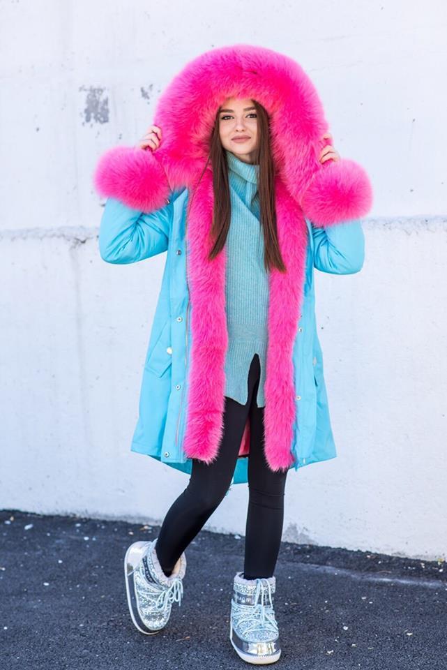Голубая зимняя парка с розовым мехом лисы