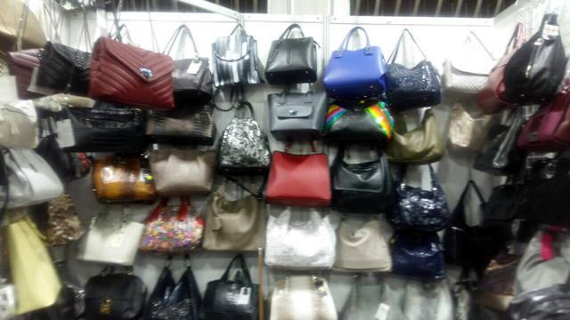 Кожаные женские сумки на выставке-ярмарке меха и кожи