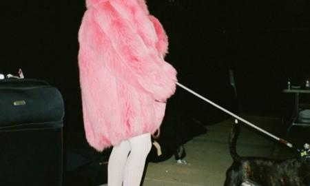 Ариана Гранде предпочитает носить зимой розовые шубы