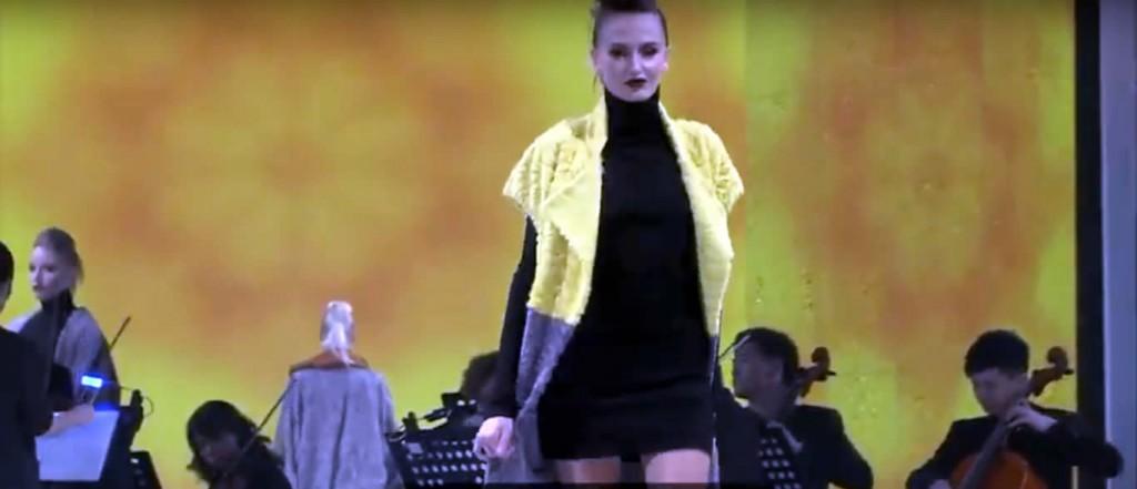 Меховая желто-серая жилетка на выставке меха в Гонконге 2019