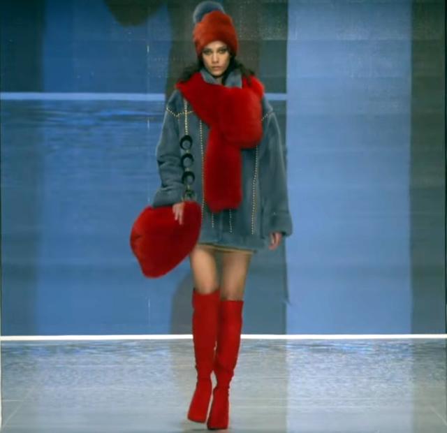 Серое пальто с красным меховым шарфом, сумкой и шапкой из крашеного меха лисы